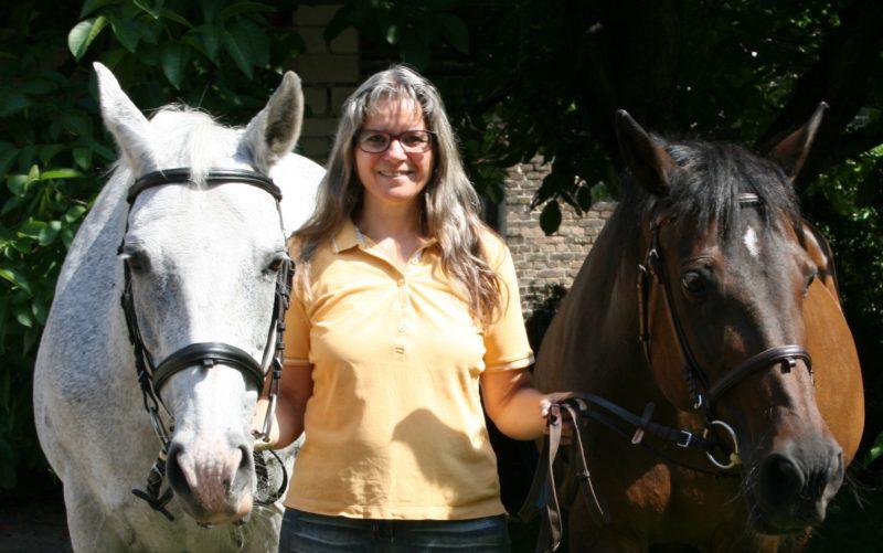 Herzlich willkommen bei Corinna von Reitlever. Sie vermittelt fundiertes Reiterwissen.